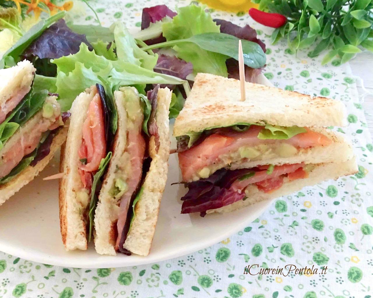 club sandwich al salmone e avocado