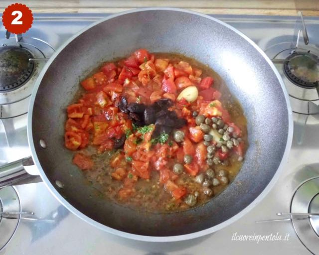 aggiungere olive nere, capperi e prezzemolo