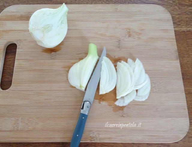 pulire e tagliare finocchi