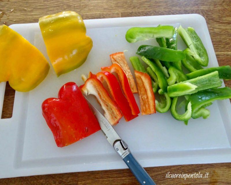 pulire e tagliare peperoni