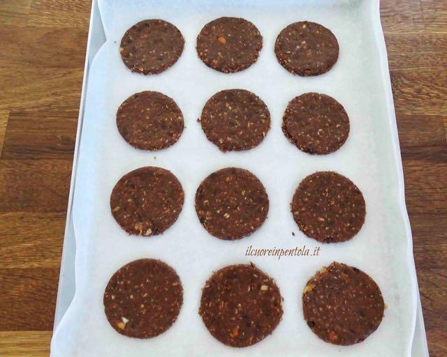 mettere biscotti nella teglia