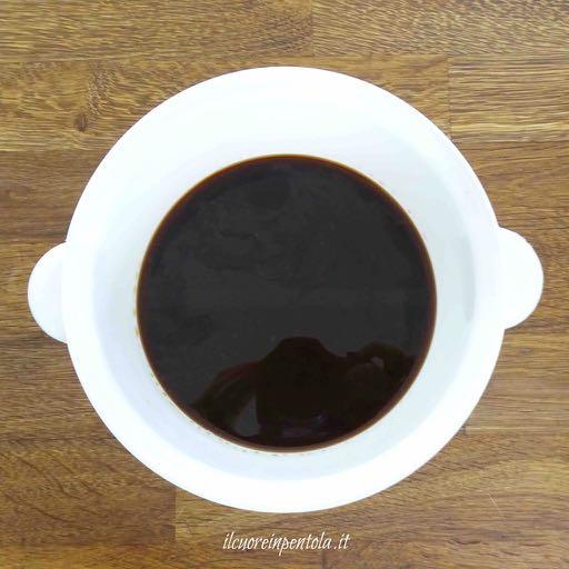 mescolare caffè acqua e zucchero