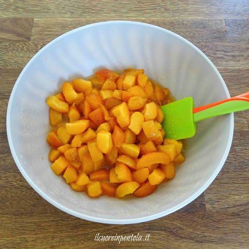 tagliare albicocche e aggiungere zucchero