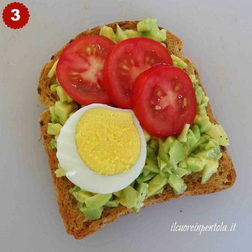 avocado toast con uovo sodo