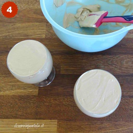 versare gelato coppa del nonno nelle coppette