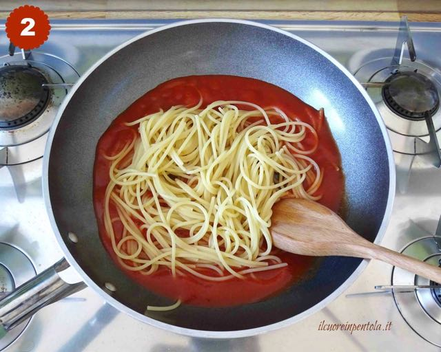 mescolare pasta con sugo di pomodoro