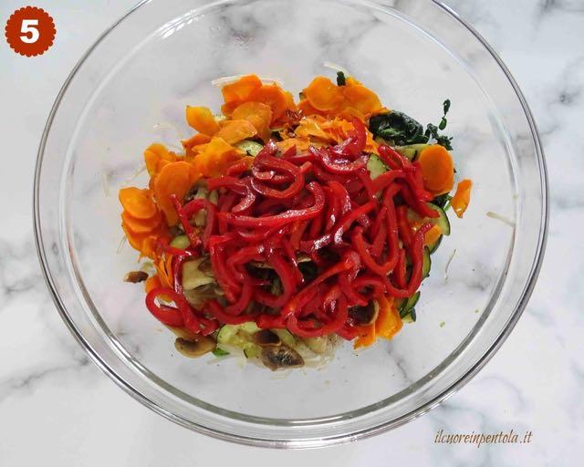 versare verdure nella ciotola con i noodles
