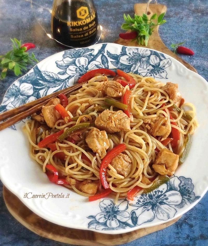 spaghetti di riso con pollo e peperoni