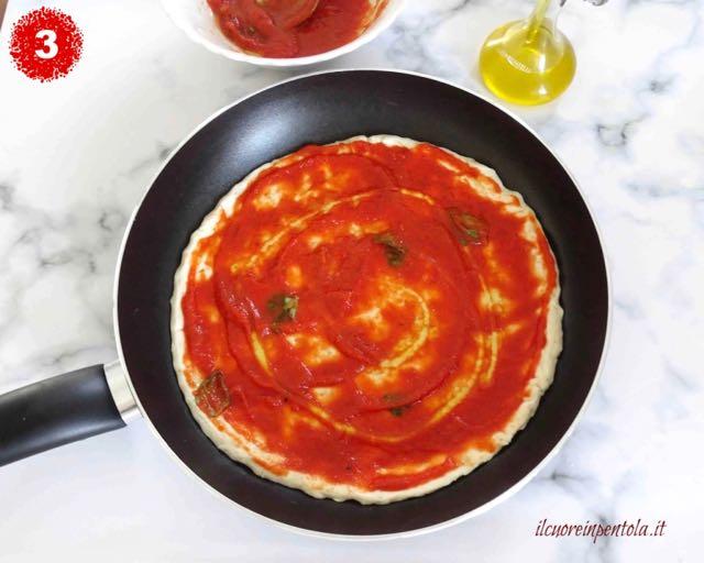 condire pizza con passata di pomodoro