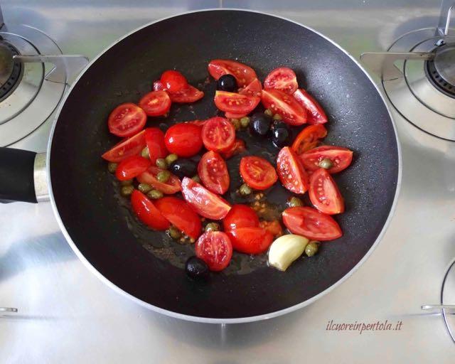 aggiungere pomodorini e olive