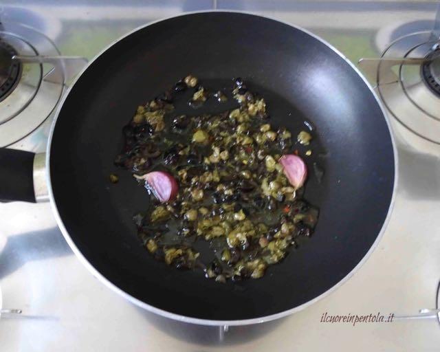 aggiungere capperi e olive nere
